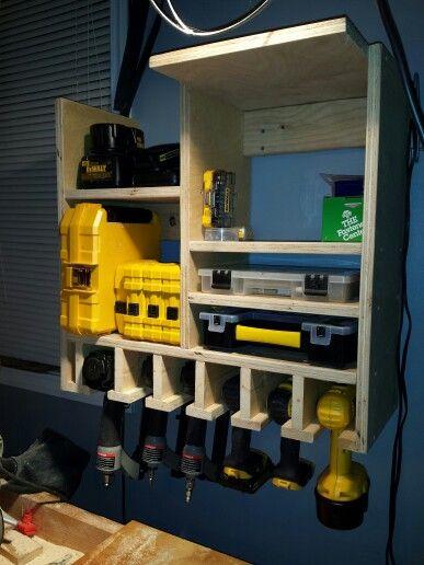 poner estantes en las paredes de tu taller